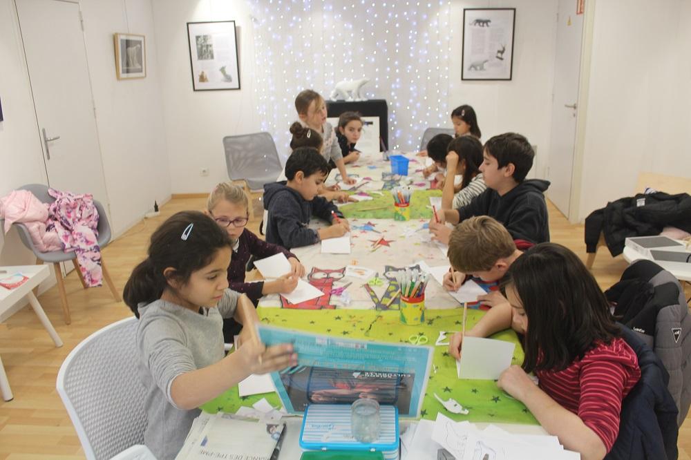 Les enfants fabriquent des cartes de Noël